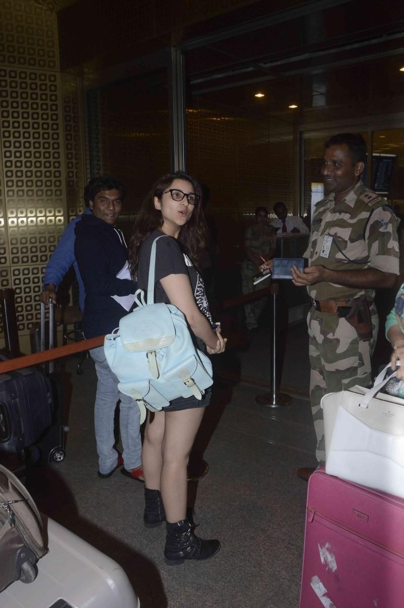 Parineeti Chopra,actress Parineeti Chopra,Parineeti Chopra spotted at Mumbai Airport,Parineeti Chopra at Mumbai Airport,Parineeti Chopra latest pics,Parineeti Chopra latest images,Parineeti Chopra latest photos,Parineeti Chopra latest stills,Parineeti Cho