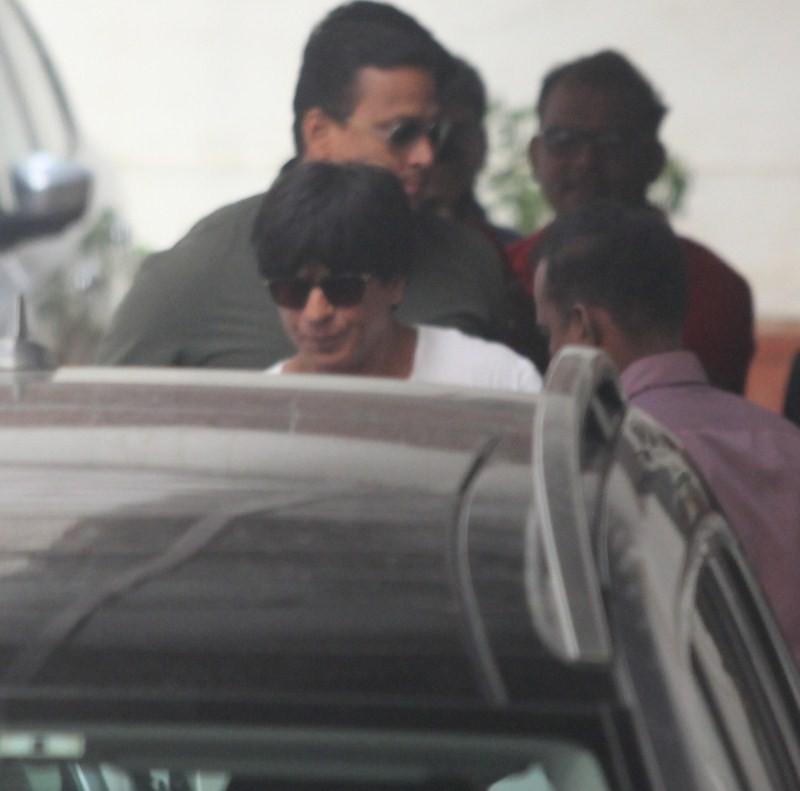 SRK Spoted at Karan Johar office,Shahrukh Khan,Shah Rukh Khan,Karan Johar,Dilwale star Shahrukh Khan,Shahrukh Khan latest pics,Shahrukh Khan latest images,Shahrukh Khan latest photos,Shahrukh Khan latest stills,Shahrukh Khan latest pictures