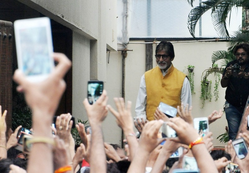 Amitabh Bachchan,actor Amitabh Bachchan,Amitabh Bachchan meets fans,Amitabh Bachchan meets his fans,Amitabh Bachchan latest pics,Amitabh Bachchan latest images,Amitabh Bachchan latest photos,Amitabh Bachchan latest stills,Amitabh Bachchan latest pictures