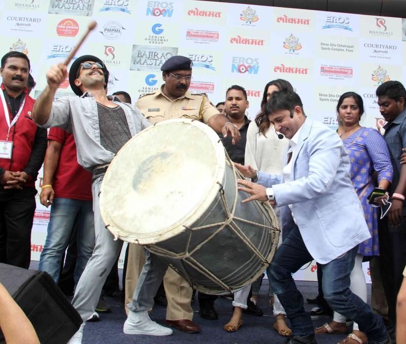 Ranveer Singh,Deepika Padukone,Ranveer Singh and Deepika Padukone,Gajanana,Gajanana song,Gajanana song from Bajirao Mastani Movie,Bajirao Mastani,bollywood movie Bajirao Mastani