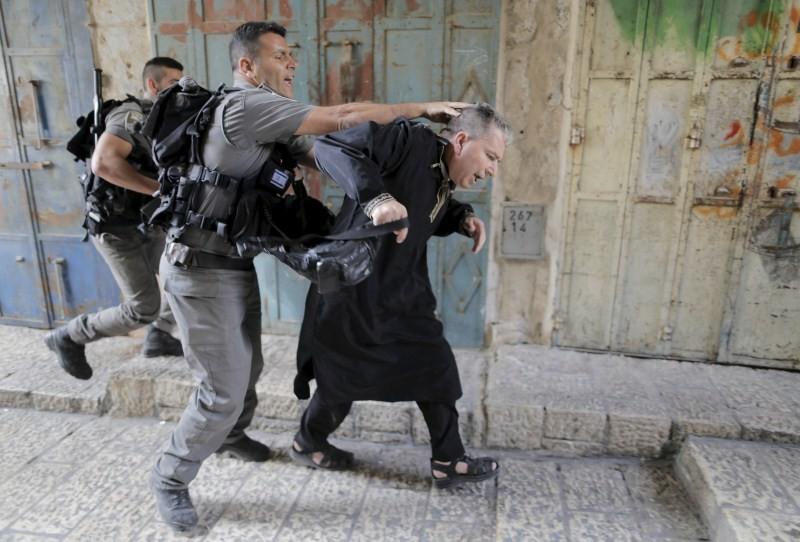 Israeli police,Palestinians in Jerusalem,Clashes in Jerusalem,al-Aqsa mosque,Palestinian protester