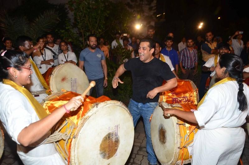 Salman Khan dances,Salman Khan dances on dhol during Ganpati Visarjan,Salman Khan,actor Salman Khan,Ganpati Visarjan,Ganpati Visarjan 2015,Ganpati celebration,Ganpati celebration 2015