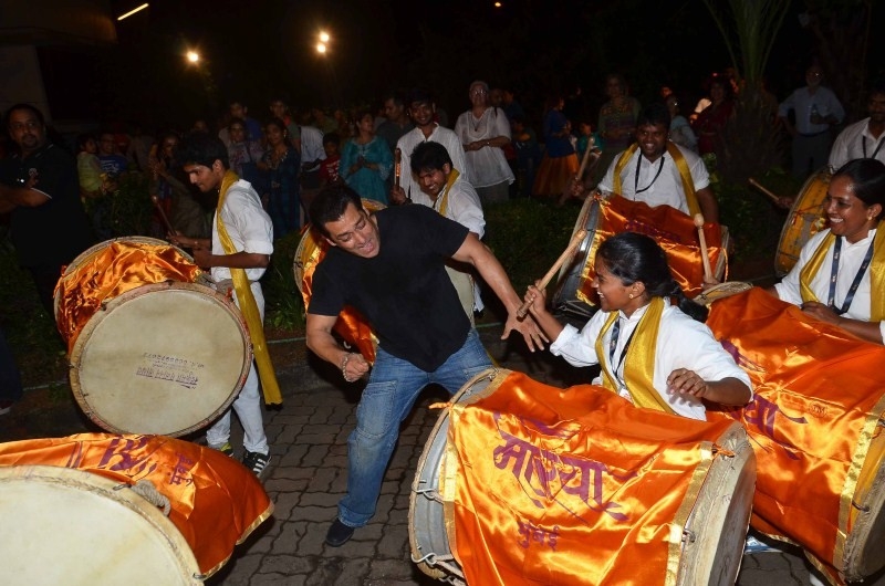 Salman Khan dances,Salman Khan dances on dhol during Ganpati Visarjan,Salman Khan,actor Salman Khan,Ganpati Visarjan,Ganpati Visarjan 2015,Ganpati celebration,Ganpati celebration 2015