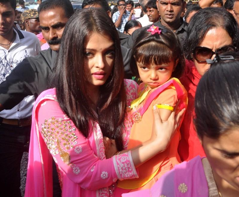Aishwarya Rai,Aishwarya Rai Bachchan,Aaradhya,Aishwarya Rai Bachchan,daughter Aaradhya at Siddhivinayak temple,Aishwarya Rai and Aaradhya at Siddhivinayak temple,Aishwarya Rai at Siddhivinayak temple,Aaradhya at Siddhivinayak temple,Siddhivinayak temple