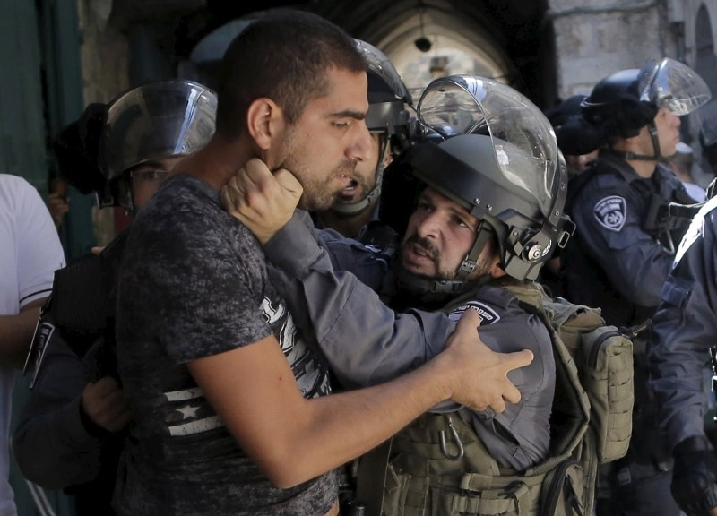 Clashes at Jerusalem,Jerusalem holy site,Jewish holiday starts,Israeli police,Israeli police and Palestinians clash,Palestinians,Jewish and Muslim holidays
