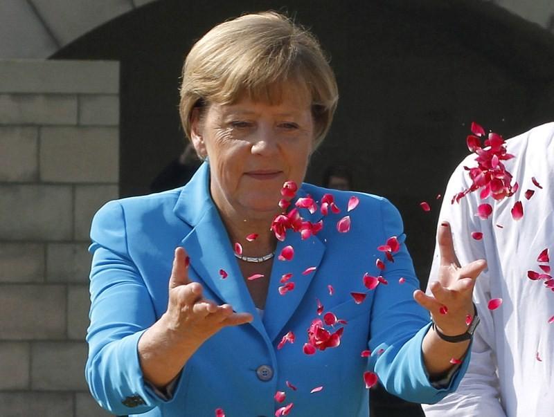 Angela Merkel,Narendra Modi,Angela Merkel meets PM Narendra Modi,German Chancellor Angela Merkel,Modi,Angela Merkel meets modi,Mahatma Gandhi memorial,Angela Merkel at Mahatma Gandhi memorial
