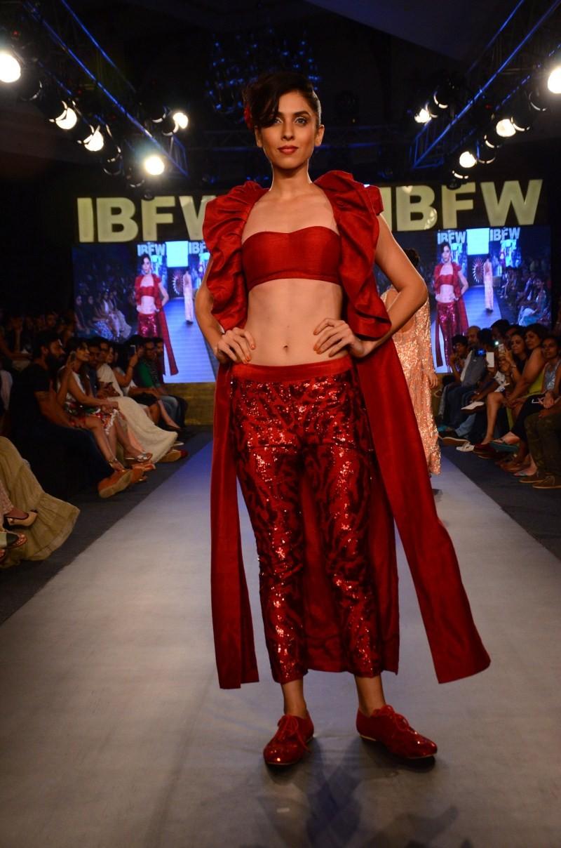Mayyur R Girotra,Bridal Wear,shimmery retro collection,Gionee India Beach Fashion Week,Beach Fashion Week,Fashion Week,Fashion Week 2015,Fashion