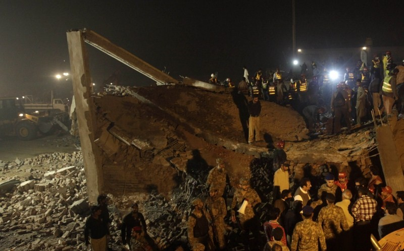 Pakistan factory collapses,factory collapses,lahore factory collapses,eastern Pakistan,Pakistani soldiers,soldiers