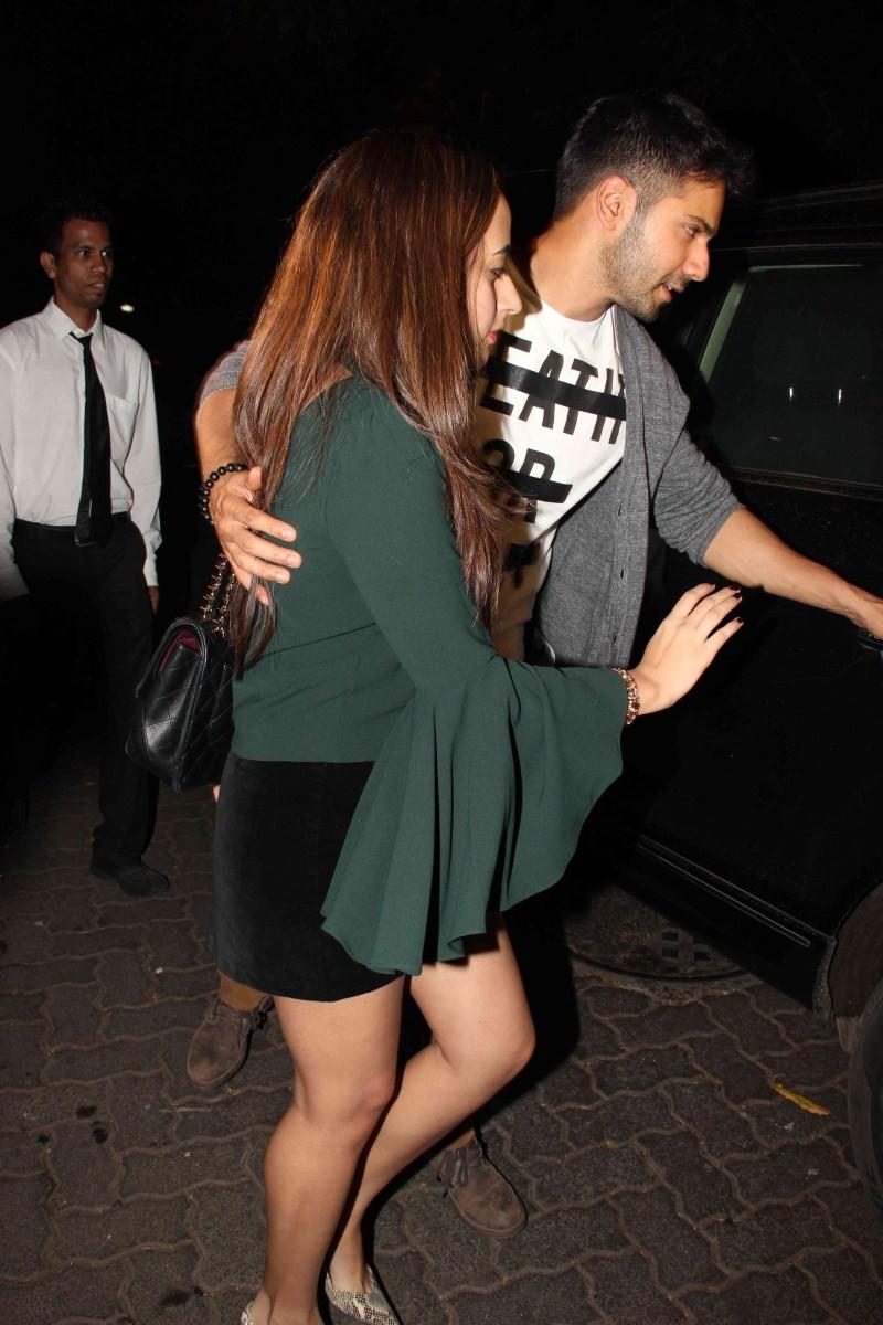Varun Dhawan,actor Varun Dhawan,Varun Dhawan spotted at Bandra with his Girlfriend,Varun Dhawan with his Girlfriend,Varun Dhawan and Natasha Dalal,Natasha Dalal
