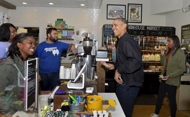 Barack Obama,Barack Obama shops at Washington bookstore,Barack Obama at Washington bookstore,Washington bookstore,Malia and Sasha,President Barack Obama