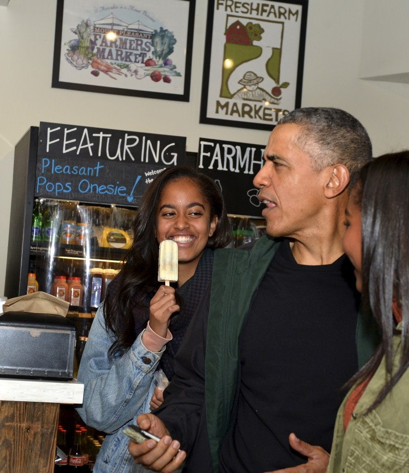 Barack Obama,Barack Obama shops at Washington bookstore,Barack Obama at Washington bookstore,Washington bookstore,Malia and Sasha,President Barack Obama