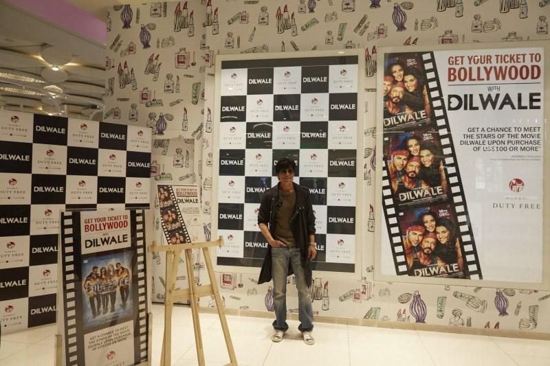 Shah Rukh Khan,Kajol,Varun Dhawan,Kriti Sanon,Dilwale,Dilwale team,Team 'Dilwale' offers fun at Mumbai Duty Free,Dilwale offers fun at Mumbai Duty Free