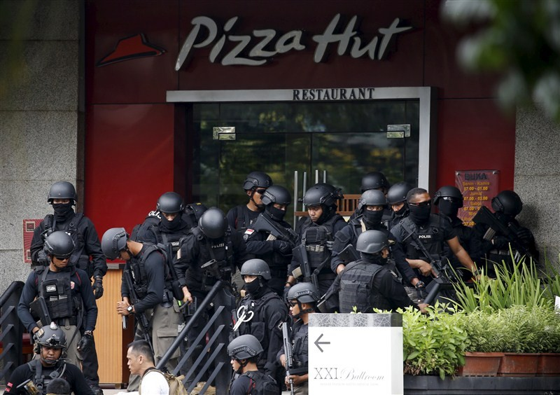 Bombs at Indonesian capital,gunfire at Indonesian capital,Bombs and gunfire rock Indonesian capital,explosions,Jakarta attacks,gunfire,suicide bomber