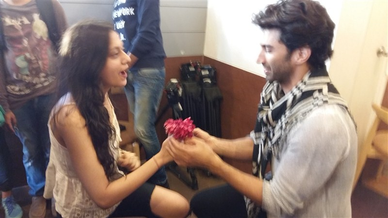 Aditya Roy Kapur,Aditya Roy,aditya roy kapur katrina kaif,Fitoor,Aditya Roy Kapur's fan goes on knees to propose