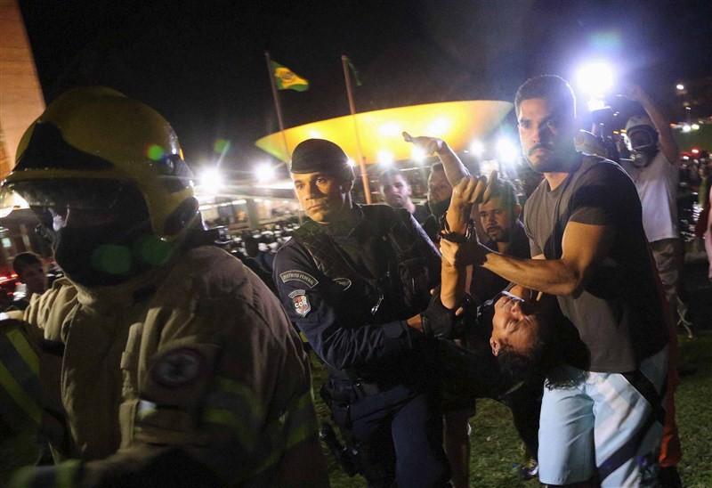 Brazilians protest after Lula,Brazilians protest,President Dilma Rousseff,Luiz Inacio Lula da Silva,5,000 demonstrators,demonstrators,Congress building,Anti-government