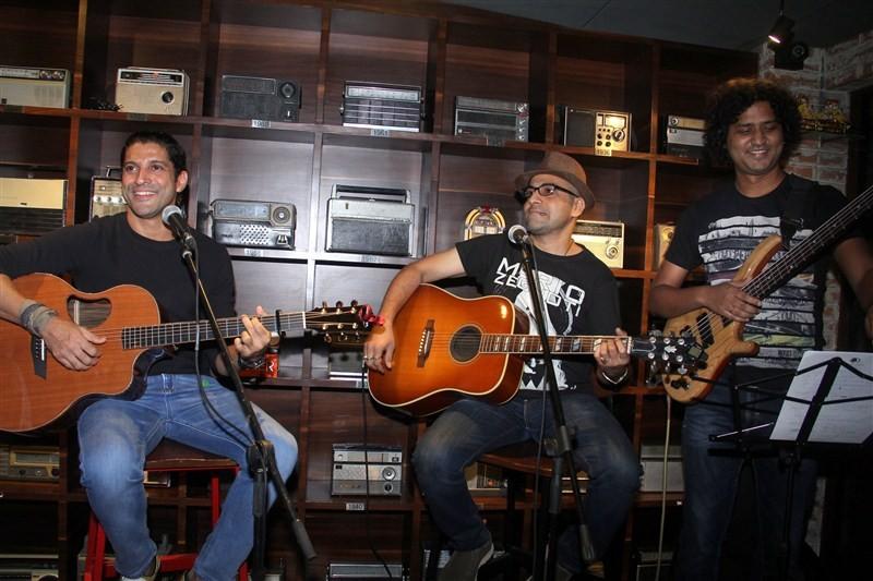 Farhan Akhtar,Farhan Akhtar 'Live' at Radio Bar,'Live' Radio Bar,Radio Bar,Farhan Akhtar pics,Farhan Akhtar images,Farhan Akhtar stills,Farhan Akhtar pictures,Pooja Makhija,Krishika Lulla,Ritesh,Dolly Sidhwani