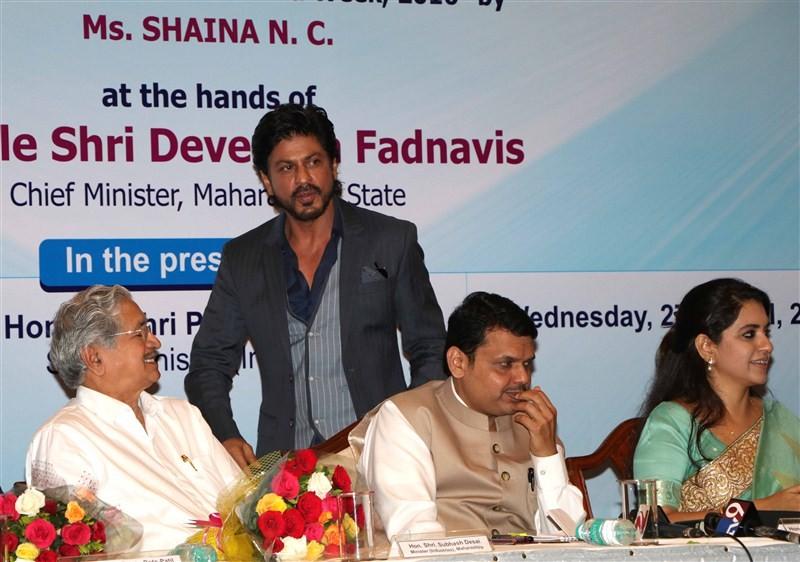 Shah Rukh Khan,Shaina NC's book Movers & Makers,Shaina NC,Maharashtra Chief Minister Devendra Fadnavis,Devendra Fadnavis,Shaina NC's book launch,Shahrukh Khan,SRK