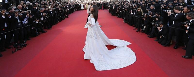 Sonam Kapoor,Sonam Kapoor at Cannes red carpet,Sonam Kapoor at Cannes Film Festival,Sonam Kapoor at Cannes,Bollywood actress Sonam Kapoor,Sonam Kapoor pics,Sonam Kapoor images,Sonam Kapoor stills,Sonam Kapoor pictures