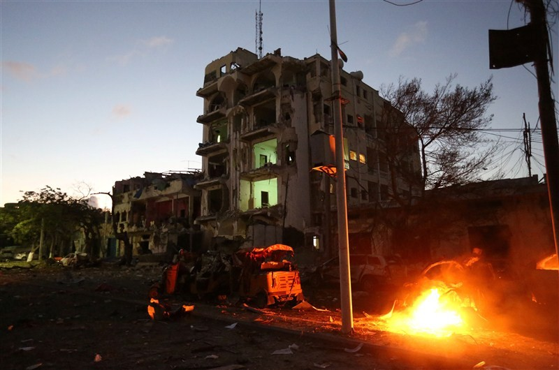 Mogadishu hotel,Car bomb strikes Mogadishu hotel,Somali capital,suicide car bombing,Suicide Bombing,Al Shabaab,Al Shabaab car bomber strikes hotel in Somali capital