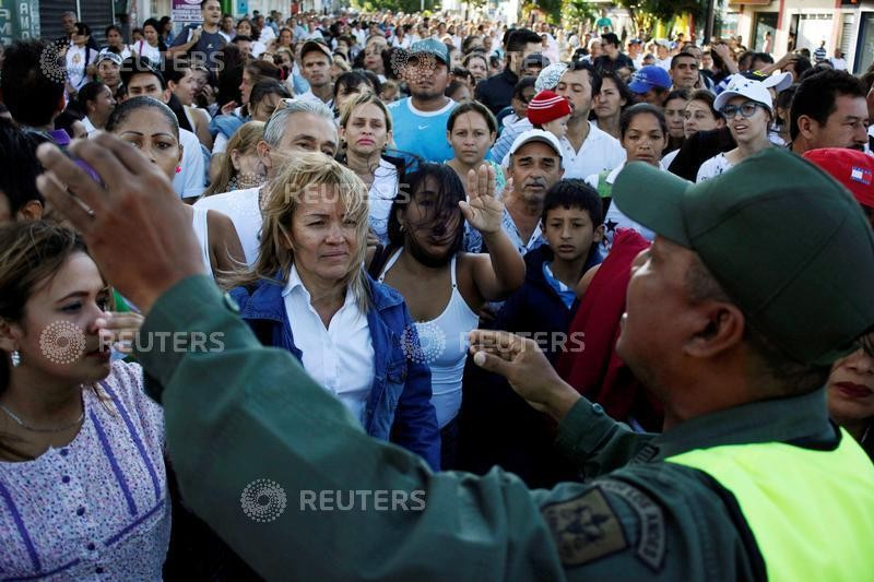Venezuelans,Colombia,Venezuelans stock up in Colombia,border,much-needed food,medicine