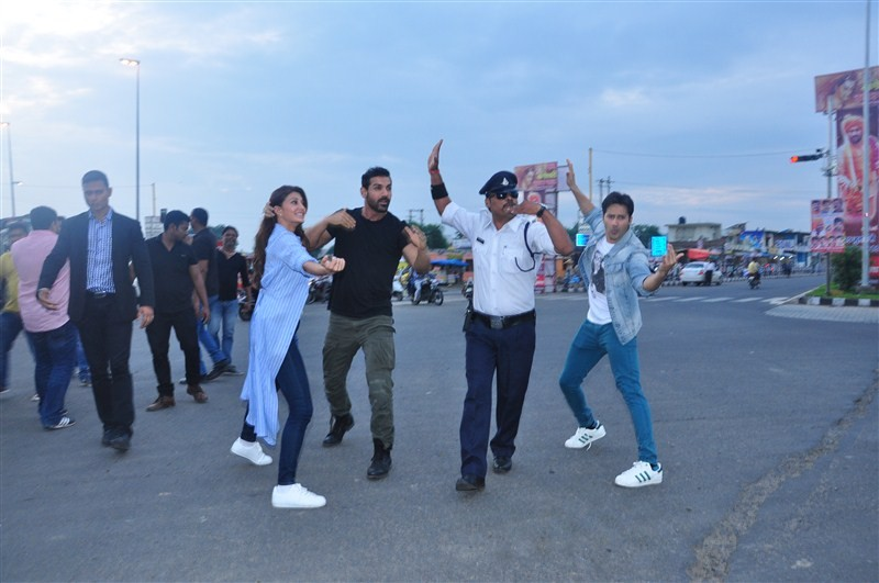 Dishoom Promotion,John Abraham,Varun Dhawan,Jacqueline Fernandez,Varun Dhawan turn traffic cops,John Abraham turn traffic cops,Jacqueline Fernandez turn traffic cops,Dishoom,bollywood movie Dishoom