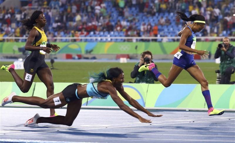 Shaunae Miller,Shaunae Miller dives for 400m gold,Shaunae Miller 400m gold,Shaunae Miller gets gold,Olympic 400 meters gold medal,gold medal,Rio Olympics 2016,Rio Olympics winner