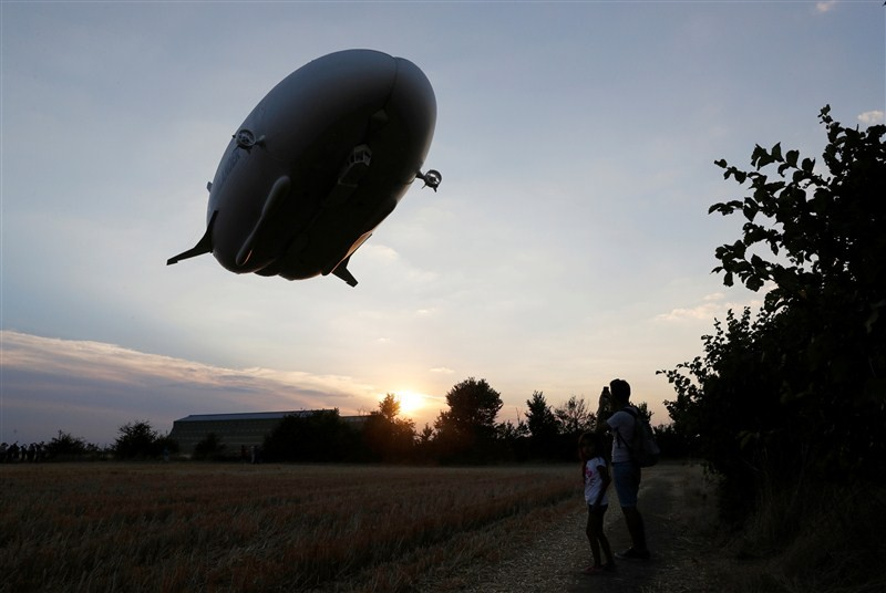 World's longest airship crashes,longest airship crashes,Airlander 10 airship,world's longest aircraft,longest aircraft,test flight,England