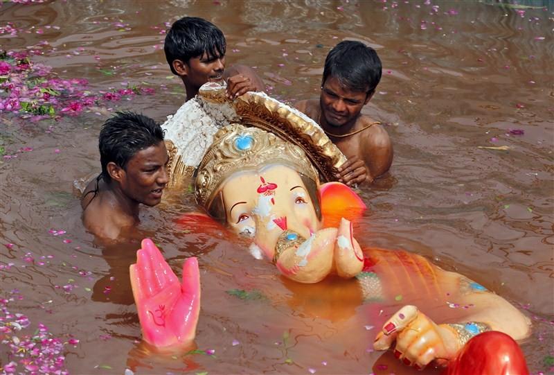 Ganesh Visarjan,Lord Ganesh Visarjan,Ganesh Visarjan 2016,Ganesh Visarjan pics,Ganesh Visarjan images,Ganesh Visarjan photos,Ganesh Visarjan stills,Ganesh Visarjan pictures,Ganesh Chaturthi festival,Bye bye Ganesh Chaturthi