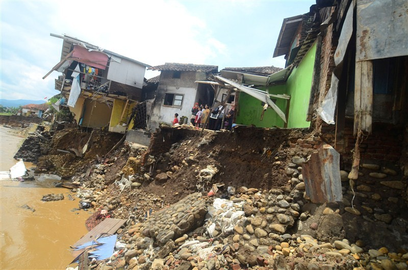 Landslides on Indonesia,Java Island,floods in Indonesia,heavy rains in Indonesia,Indonesia flood,Indonesia landslides,Toll in Indonesia floods rises to 23
