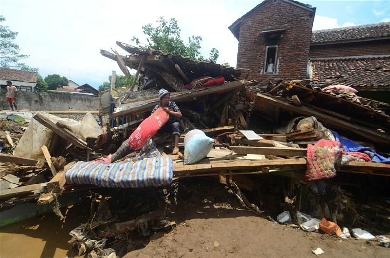 Landslides on Indonesia,Java Island,floods in Indonesia,heavy rains in Indonesia,Indonesia flood,Indonesia landslides,Toll in Indonesia floods rises to 23