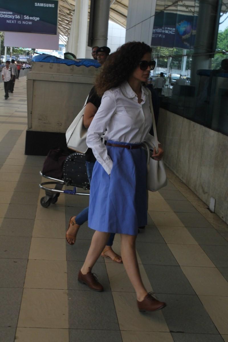 Kangana Ranaut Snapped at Domestic Airport,Kangana Ranaut,actress Kangana Ranaut,Kangana Ranaut pics,Kangana Ranaut latest pics,Kangana Ranaut images,Kangana Ranaut in airport,Kangana Ranaut stills