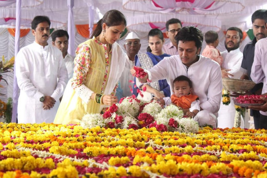 Riaan paying his respects to his grandfather Vilasrao Deshmukh,Vilasrao Deshmukh,Vilasrao Deshmukh birthday,Riaan,Riteish Deshmukh,Riteish Deshmukh son riaan,Genelia D'Souza,Genelia D'Souza son riaan