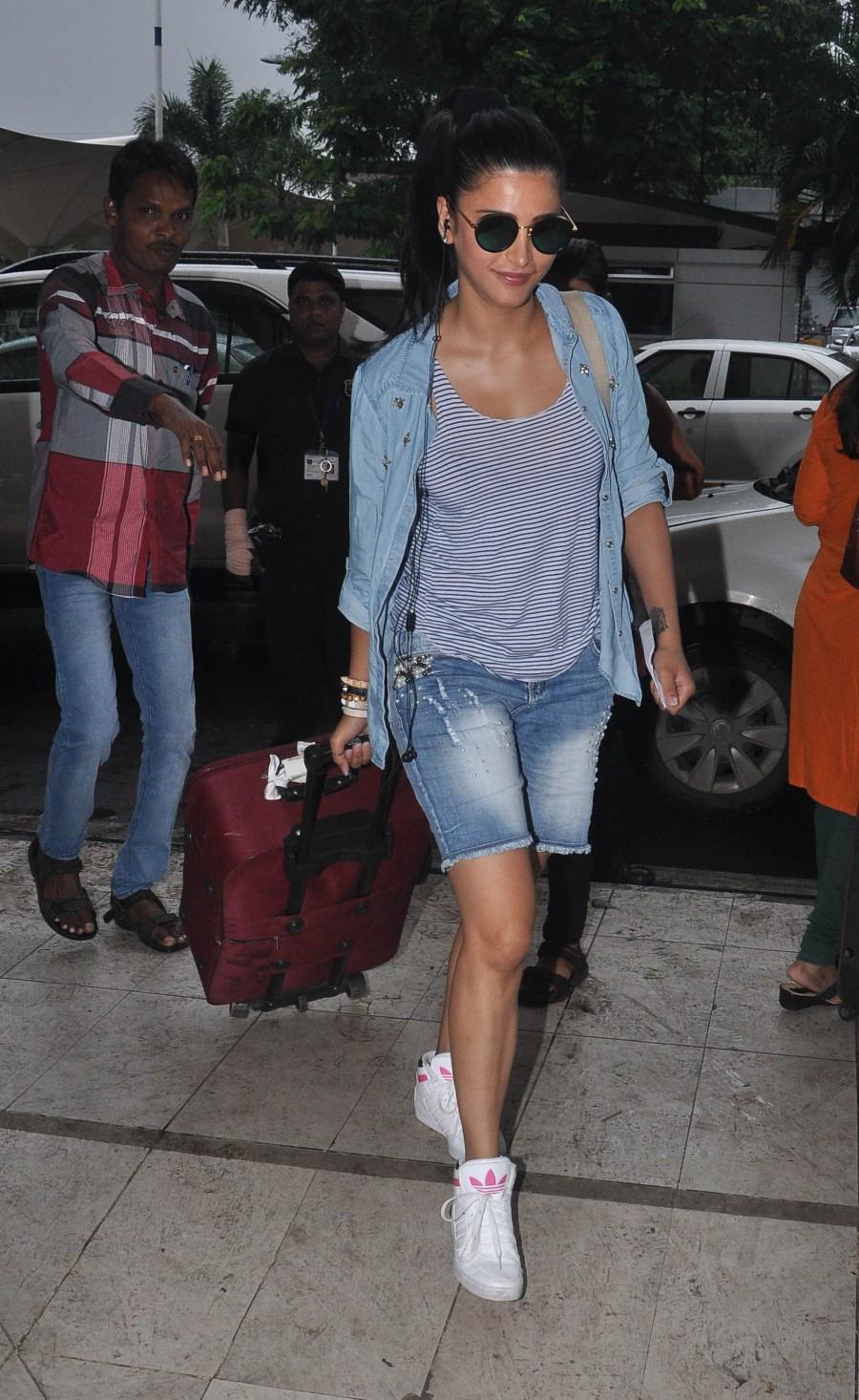 Shruti Haasan,South Indian actress,Bollywood actress,Kamal Haasan,Photos,Mumbai airport,Celebs spotted,Shruti Haasan at airport