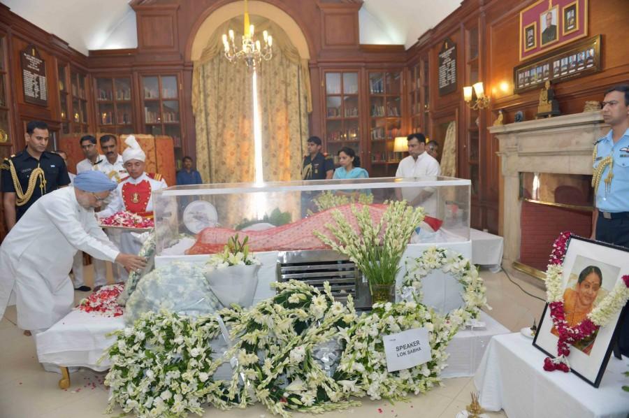 Suvra Mukherjee,Suvra Mukherjee death,Pranab Mukherjee wife,Pranab Mukherjee wife dies,Suvra Mukherjee photos,Dignitaries Pay Homage to Suvra Mukherjee,Rashtrapati Bhavan