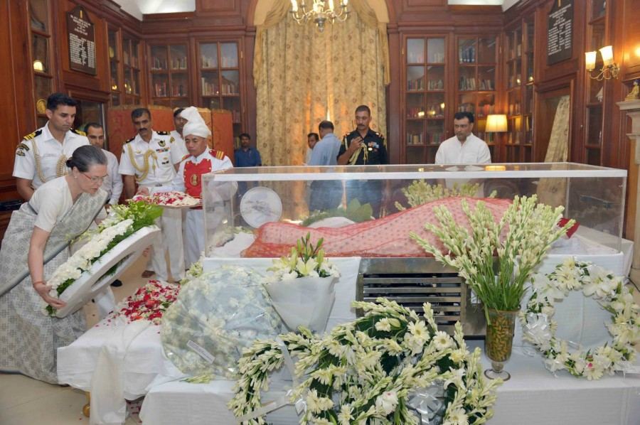Suvra Mukherjee,Suvra Mukherjee death,Pranab Mukherjee wife,Pranab Mukherjee wife dies,Suvra Mukherjee photos,Dignitaries Pay Homage to Suvra Mukherjee,Rashtrapati Bhavan