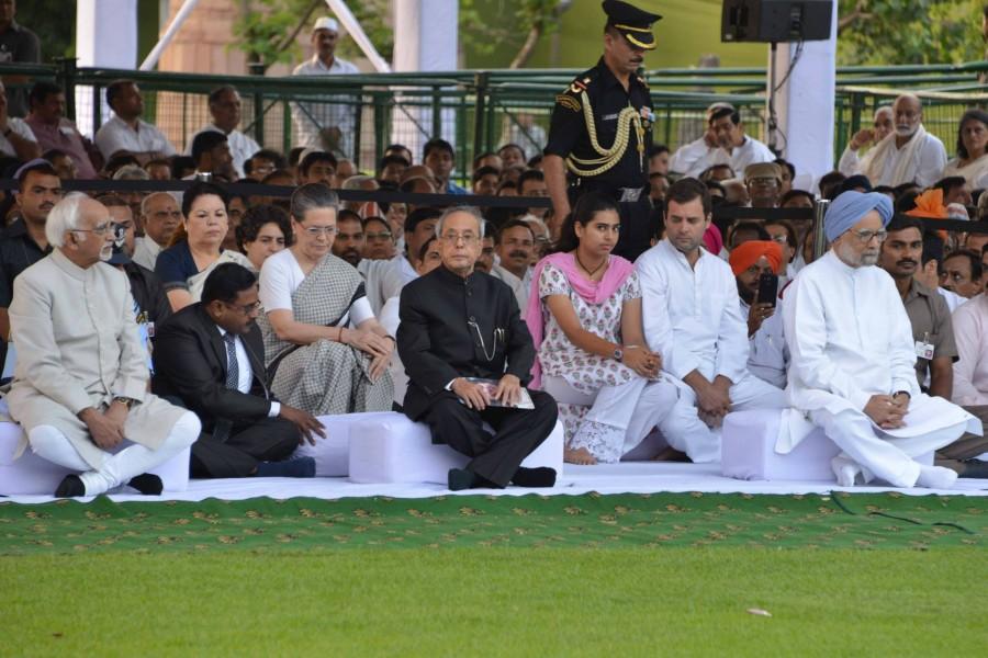 Rajiv Gandhi birth anniversary,dignitaries pay homage to rajiv gandhi,Pranab Mukherjee at rajiv gandhi samadhi