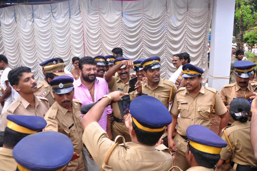 Jayaram,jayaram photos,jayaram with police,jayaram selfies with kerala police