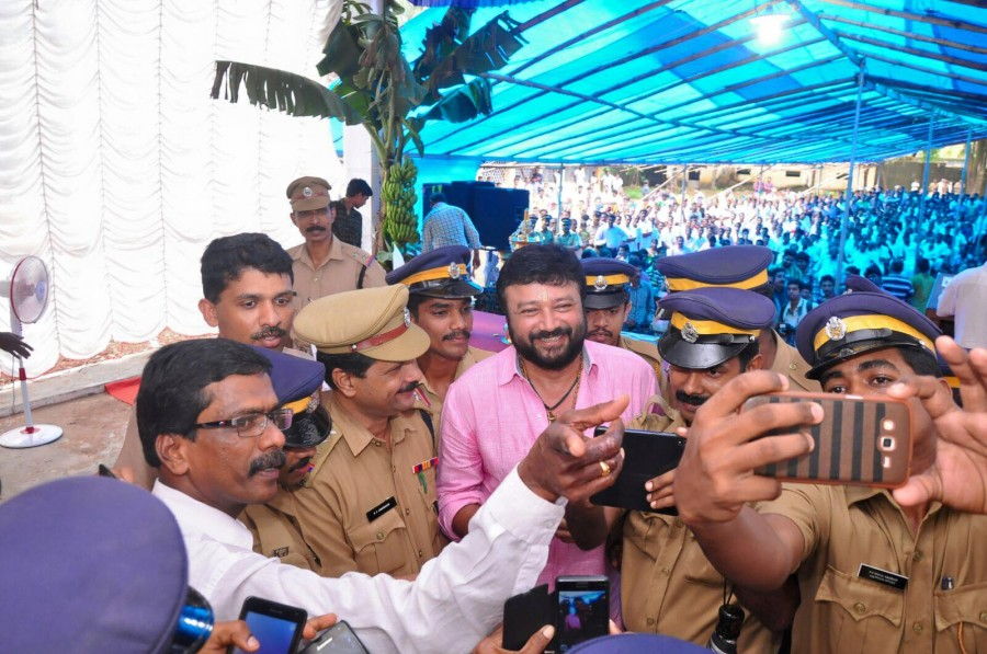Jayaram,jayaram photos,jayaram with police,jayaram selfies with kerala police