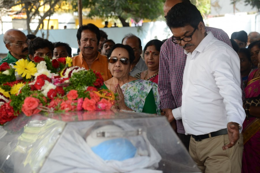 Chiranjeevi pays homage to Ranganath,Ranganath,celebs pays homage to Ranganath,actor Ranganath died,Ranganath hanged himself