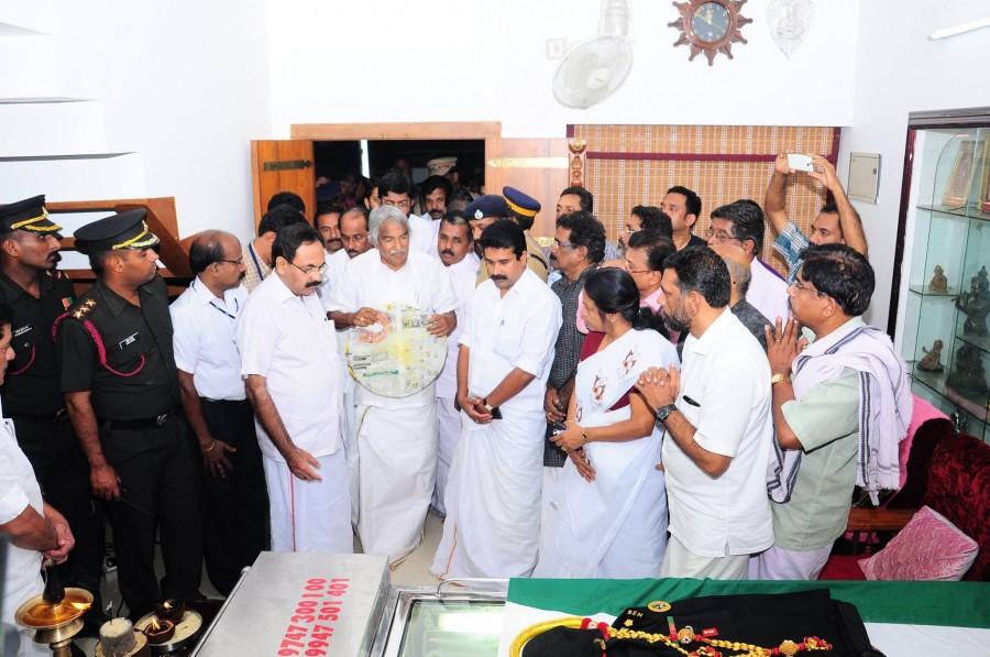 Lieutenant Colonel niranjan kumar,niranjan kumar death,niranjan kumar dies,oommen chandy pays tribute to niranjan kumar,oommen chandy,niranjan kumar funeral,niranjan kumar cremation
