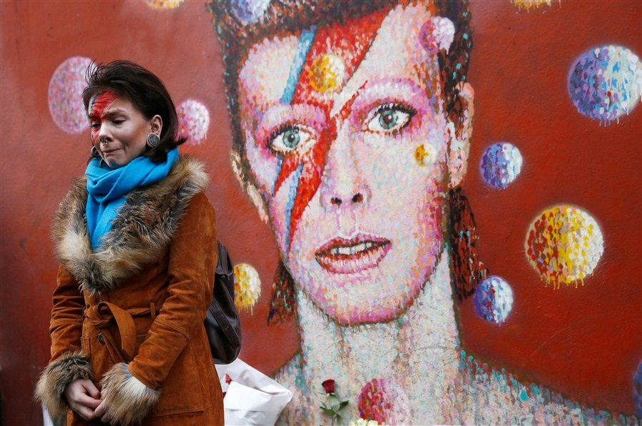 David Bowie,tribute to David Bowie,Fans pay tribute to David Bowie,Singer David Bowie,david bowie died,david bowie cancer