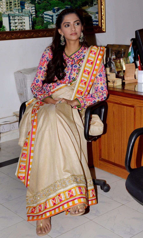 Sonam Kapoor,Sonam Kapoor celebrated Republic Day,Sonam Kapoor celebrated Republic Day at Neerja Bhanot's school,actress Sonam Kapoor,Sonam Kapoor visits Neerja Bhanot.,Sonam Kapoor celebrates Republic Day