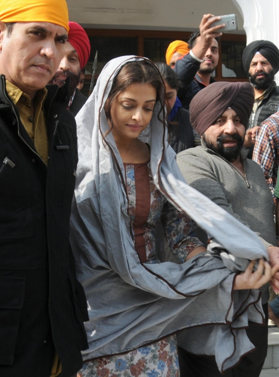 Aishwarya Rai Bachchan,Aishwarya Rai,Aishwarya Rai Bachchan shoots for 'Sarbjit' at Golden Temple,Aishwarya Rai Bachchan shoots for Sarbjit,Sarbjit,bollywood movie Sarbjit,Sarbjit working stills,Sarbjit at Golden Temple,Sarbjit working stills at