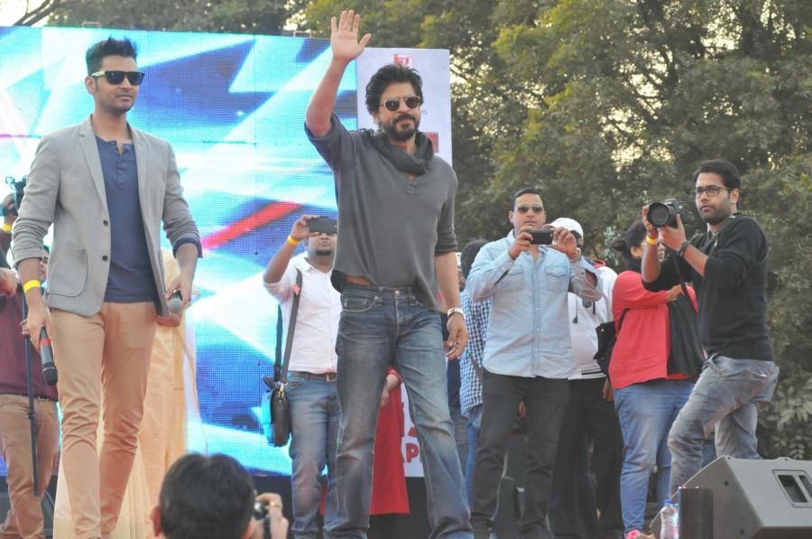 Shah Rukh Khan,Shahrukh Khan,Shah Rukh Khan finally gets college degree,Shah Rukh Khan receives graduation degree,Shah Rukh Khan degree,Shah Rukh Khan gets his college degree,Fan,SRK,Shah Rukh Khan new pics,Shah Rukh Khan new images,Shah Rukh Khan new pic