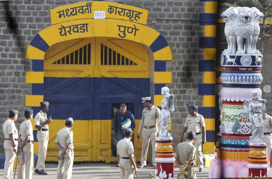 Sanjay Dutt,actor Sanjay Dutt,sanjay dutt release,sanjay dutt jail term,Sanjay Dutt Walks Out Of Pune's Yerwada Jail With A Salute,Sanjay Dutt Walks Out Of Yerwada Jail,Sanjay Dutt to walk out of prison,Sanjay Dutt out of prison