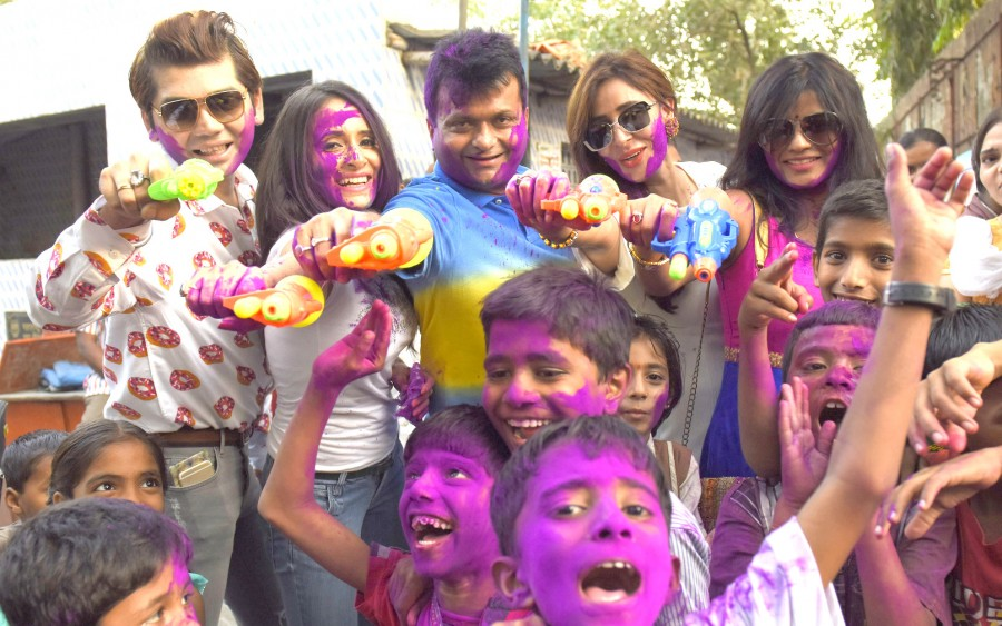 Aneel Murarka,Ample Miission,Holi celebration with underprivileged children,Holi celebration,Holi 2016,Holi,Vivek  Mishra,Shweta Khanduri,Mitali Nag,Shagun Gupta