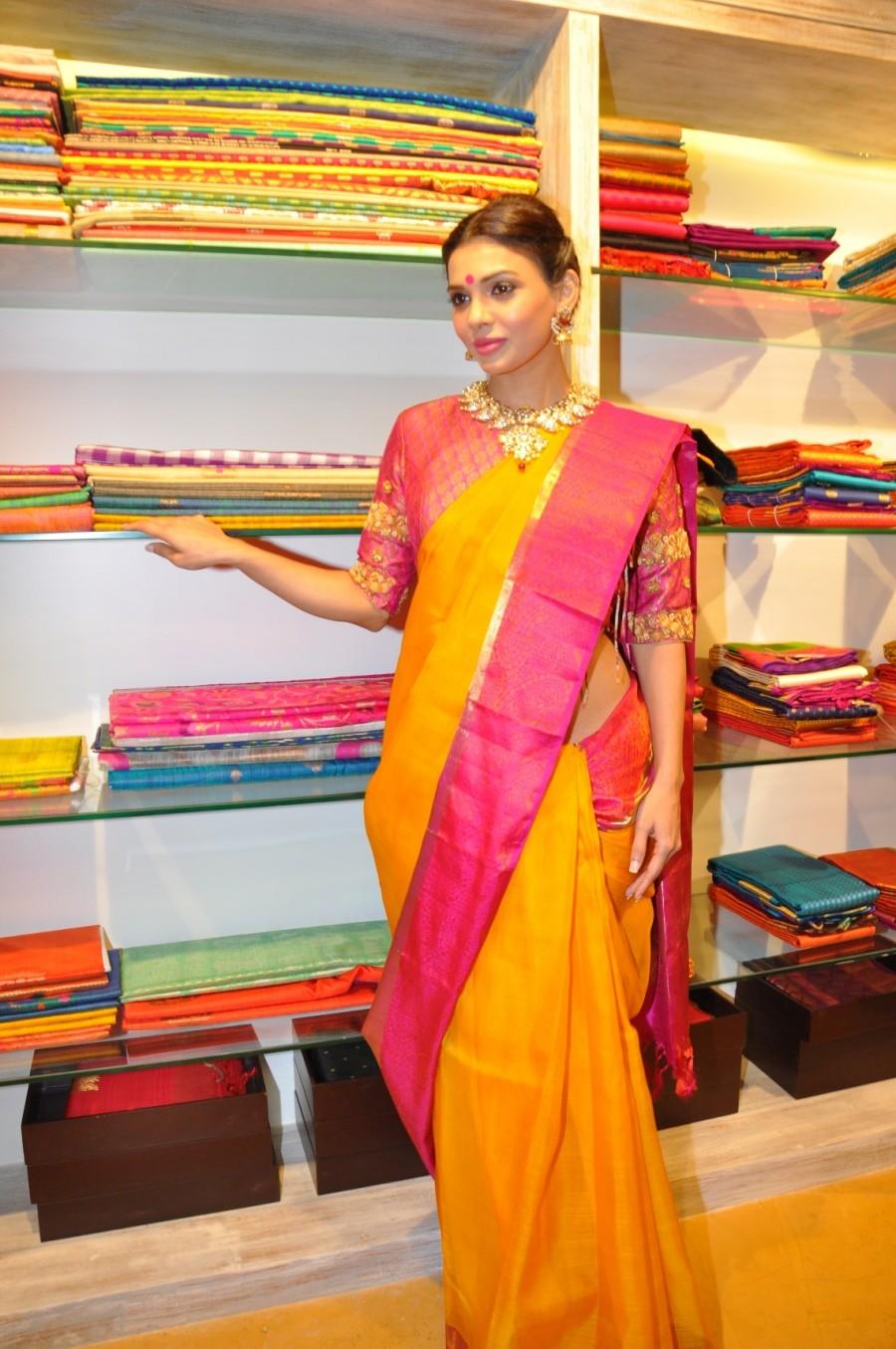 Sara Loren,Sara Loren best stills,Sara Loren  launch Vedaa contemporary weaves store  photos,launch Vedaa contemporary weaves store gallery,latest news on Sara Loren,Pakistani actress