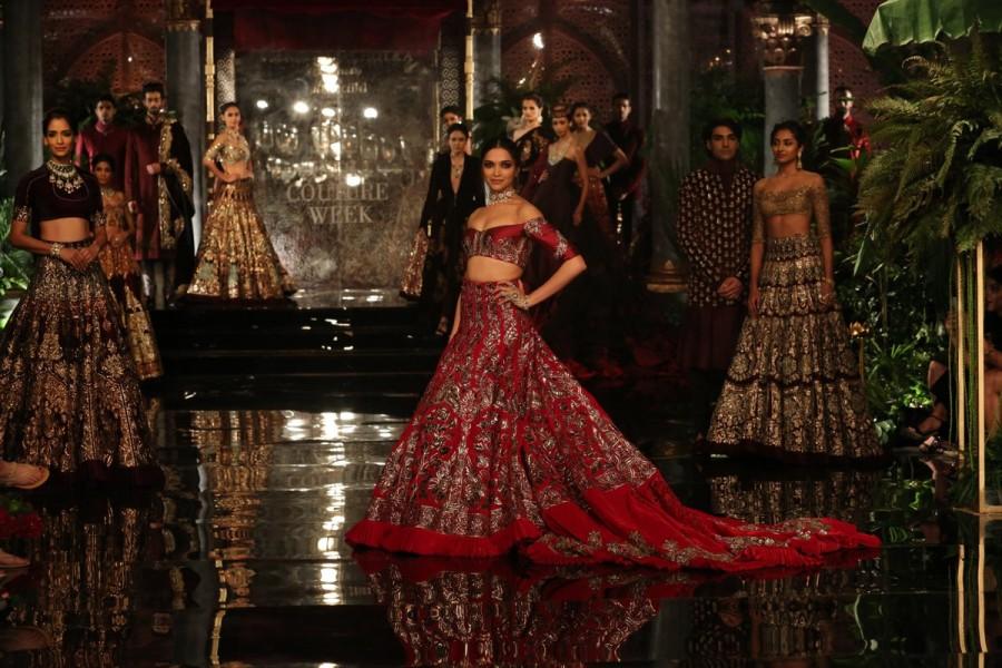 ICW 2016,Deepika Padukone,Fawad Khan,Deepika Padukone dazzles at Manish Malhotra show,Deepika Padukone at Manish Malhotra show,Manish Malhotra show,Deepika Padukone hot pics,Deepika Padukone hot images,Deepika Padukone hot photos,Deepika Padukone hot stil