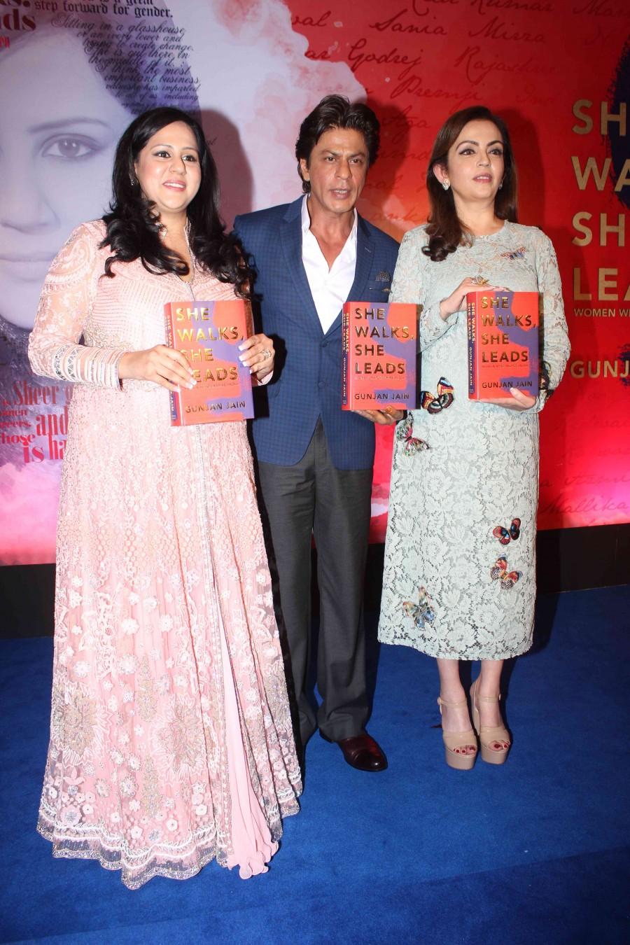 Shahrukh Khan,Neeta Ambani,Shahrukh Khan launches Gunjan Jain book,Neeta Ambani launches Gunjan Jain book,Gunjan Jain book,SRK,actor Shahrukh Khan,Shahrukh Khan latest pics,Shahrukh Khan latest images,Shahrukh Khan latest photos,Shahrukh Khan latest still