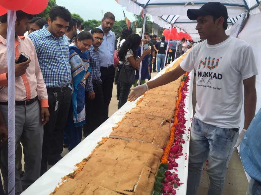 Vada Pao,Longest Vada Pao,Worlds Longest Vada Pao,Big Vada Pao,Biggest Vada Pao,145 feet Vada Pao,World's longest Vada Pao